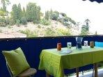 Terrasse avec vue dégagée où il fait bon prendre ses repas ou boire un verre le soir à la fraiche.