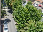 vue de l'avenue Cernushi depuis la terrasse. Parking gratuit sous les arbres.