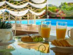 Breakfast with view to the pool
