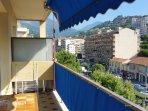 Vue de la terrasse côté montagnes.  2 tables amovibles bistro + la table avec rallonges pour repas