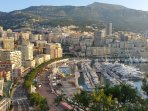 A proximité, la principauté de MONACO avec son port de plaisance et son circuit de Formule 1.