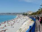 Un peu plus loin, la ville de Nice et ses plages bordées par la promenade des Anglais.