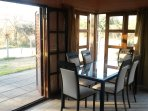 Amplia mesa para 6 en un living muy luminoso y ventilado