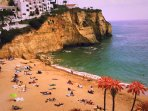 A hot April day on Praia do Carvoeiro.