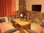 Salón con cocina y chimenea