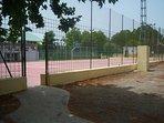 Al lado del parque infantil, pista de futbito y basket
