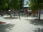 A menos de 50 metros, parque infantil con una bonita zona para pasear