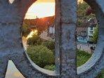 Ηλιοβασίλεμα λαμβάνονται από τη Γέφυρα του Σιδήρου. Ironbridge Δείτε Townhouse είναι το λευκό κτίριο στη μέση