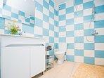 Salle d bain avec douche et WC