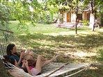 L'area relax con lettini e amche nel giardino riservato agli ospiti