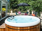 Acorns Ground floor Garden Apartment for couples with own Hot Tub