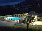 vue de nuit sur la piscine