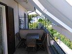 Balcone abitabile con tenda e panorama lago