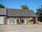 THE RETREAT, romantic, luxury holiday cottage, with hot tub in Hollington
