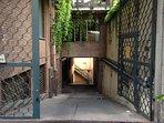 Ingresso del parcheggio nel piano sotterraneo dell'immobile