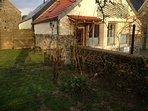 maison en pierre et chaux, au coeur d'un petit village