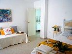 Habitación nº 1, cama de matrimonio y otra individual, aire acondicionado y tv, dos balcones