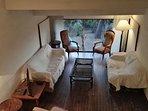 Wohnzimmer mit Terrassentür und Flatscreen