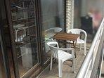 Balcon avec table et chaises pour petit-déj, déj ou apéro au soleil (expo sud)