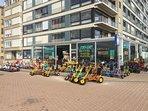 Parmi les nombreuses activités pour les enfants, la location de vélos ou cuistax...
