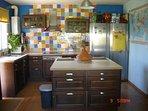 cocina equipada,licuadora, horno ,micro, tostadora ,cafetera, ollas, sartenes ,vitro de induccion,.