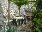 Giardino con barbecue in pietra