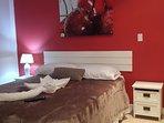 Cereza es una habitaciones dobles mas espaciosas, con cama Queen, y baño privado externo.