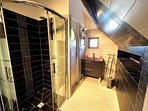 Salle d'eau avec douche à l'italienne et WC séparé à l'étage