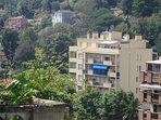 Résidence le Valmont et l'appartement au 5° étage avec store banne et brise vue bleu.