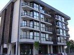 fachada del edificio, excelente urbanización residencial. Muy tranquila con aparcamiento exterior