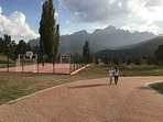 Campo futbol sala, baloncesto y columpios