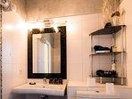 La salle de bain Sémillon: douche à l'italienne, wc, lavabo