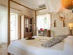 La Merlot avec un lit 160 est un accès sur l'extérieur et une terrasse privative