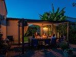Des soirées agréable sur la terrasses avec vue sur le jardin ouvert et le vignoble de Michelet