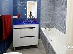 Bathroom 1 with washbasin, toilet and bath tub.