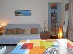 l'ampio e luminoso soggiorno vista mare con comodo divano letto
