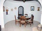 Comedor circular, con cúpula de ladrillo estilo árabe, abierto a salón.