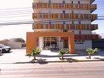 Entrada calle Chañarcillo, estacionamiento de visitas y acceso a estacionamiento en subterráneo.