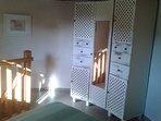 Chambre de la tour avec armoire , penderie et tiroirs.