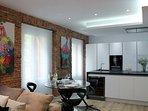 La cocina de ILAIA está abierta al salón, muebles ITALIANOS lacados en blanco.