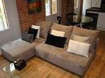 Olvídate de los sofás aburridos, nuestro SOFÁ Bonbon es una pieza muy divertida.