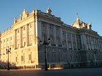 A 250 m de la plaza de Oriente donde se encuentra el Palacio Real.