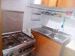 lavandino e fornelli con forno in cucina