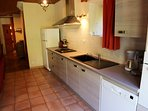 Cuisine équipée Four - Micro onde - Gaz - Réfrigérateur - Cafetière - Bouilloire - Lave-vaisselle -