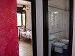 Camera da letto con bagno adiacente