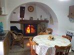 Cucina con termocamino, tavolo allargabile, capienza fino a 10 persone.