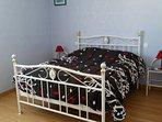 chambre avec lit double au rez de chaussée
