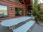 Outdoor deck w table