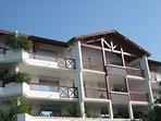 Au deuxième et dernier étage, les 5 fenêtres donnent sur le balcon, la piscine et la baie.