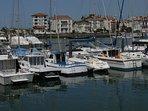 Vue sur le port de St Jean de Luz depuis le port de Ciboure
